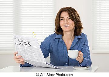 giornale, donna, tazza