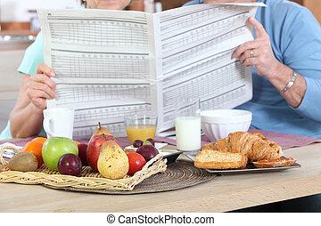 giornale, durante, coppia, lettura, colazione