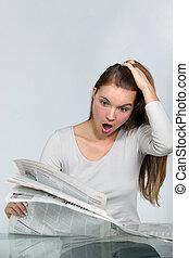giornale, lettura donna, abbicare