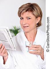 giornale, lettura donna, accappatoio