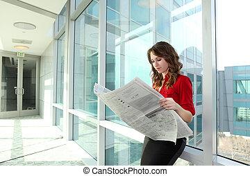 giornale, lettura donna, affari