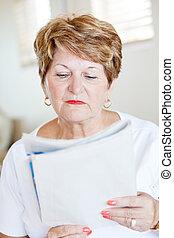 giornale, lettura donna, anziano