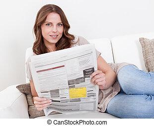 giornale, lettura donna
