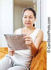 giornale, lettura donna, serio