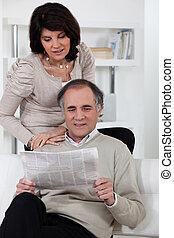 giornale, lettura donna, uomo