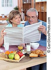 giornale, sopra, lettura, coppia, colazione