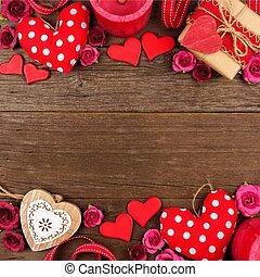 giorno valentines, doppio, bordo, di, cuori, regali, fiori, e, decorazione, su, rustico, legno