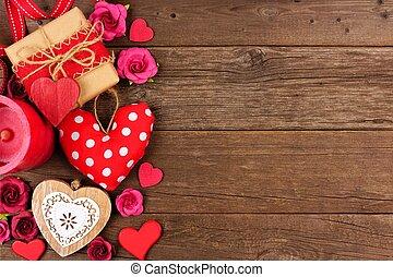 giorno valentines, lato, bordo, di, cuori, regali, fiori, e, decorazione, su, rustico, legno