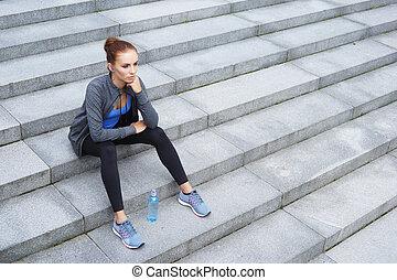 giovane, adattare, e, sportivo, donna, riposare, secondo, il, training., idoneità, sport, urbano, jogging, e, modo vivere sano, concept.