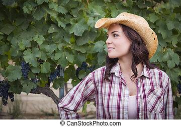 giovane adulto, femmina, ritratto, il portare, cappello cowboy, in, vigneto
