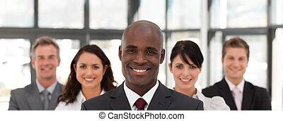 giovane, africano americano uomo, affari, condurre, uno, squadra