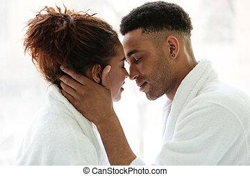 giovane, africano, coppia amorosa, standing, dentro, a casa