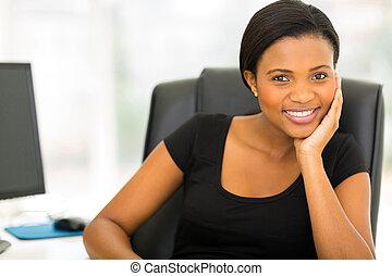 giovane, africano, donna d'affari, in, ufficio