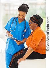 giovane, africano, infermiera, spiegando, prova medica,...