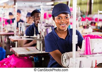 giovane, africano, lavoratore tessile, in, fabbrica