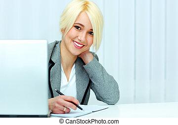giovane, allegro, donna d'affari, firmare, il, documento, in, ufficio