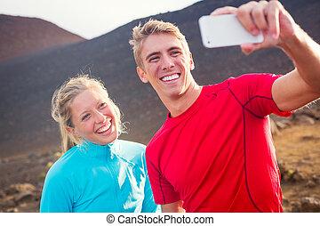 giovane, attraente, atletico, coppia, presa foto, di, essi stessi, con, far male, telefono, fabbricazione, uno, selfie