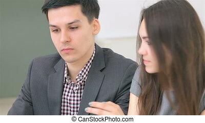 giovane, attraente, coppia, uomo affari, consulta