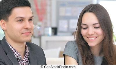 giovane, attraente, imprenditore, consulta, circa, loro, affari, progetto