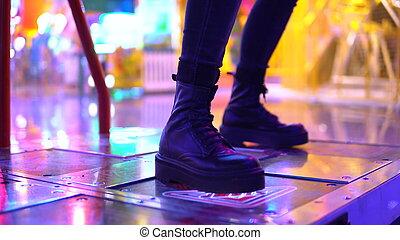 giovane, ballo, bambini, macchine, parco divertimento, chiudere, su., park., giochi, bulbs., slot, ragazza, luce, donna, luminoso, machine., lei, gambe