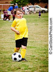 giovane bambino, ragazzo, gioco soccer, durante, organizzato, lega, gioco