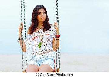 giovane, bella donna, seduta, su, uno, altalena, spiaggia