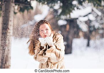 giovane, bella donna, soffiando, neve, in, inverno