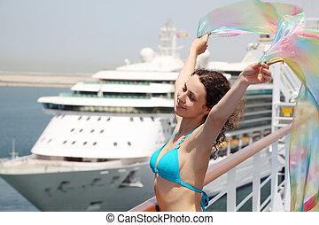 giovane, bellezza, donna stando piedi, su, vada crociera nave linea, ponte, in, bikini, e, presa a terra, pareo, mezzo, corpo