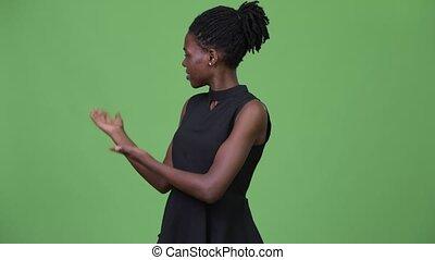 giovane, bello, africano, donna d'affari, presentare, qualcosa