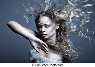 giovane, bello, biondo, donna, con, soffiando, capelli