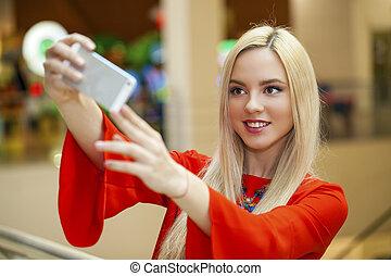 giovane, bello, biondo, donna, presa, selfie, con, telefono mobile