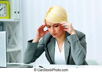 giovane, bello, donna d'affari, pensare, a, lei, posto lavoro, in, ufficio