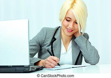 giovane, bello, felice, donna d'affari, scrittura, in, lei, quaderno, in, ufficio