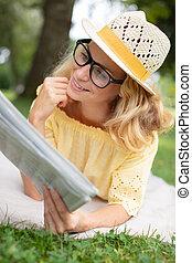 giovane, bello, giornale lettura, felice