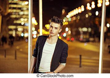 giovane, bello, uomo, con, trendy, acconciatura