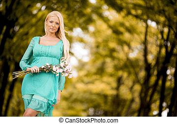 giovane, biondo, donna, in, il, foresta