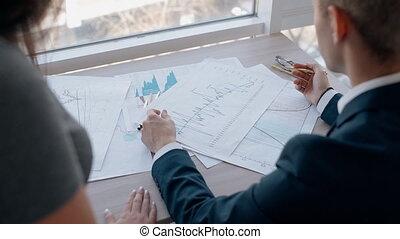 giovane, businesspeople, ara, lavorare insieme, su, nuovo, progetto, in, grande, company.