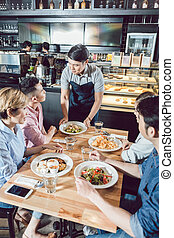 giovane, cameriere, alimento serving, in, il, ristorante