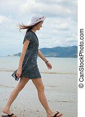 giovane, camminare, lungo, il, spiaggia