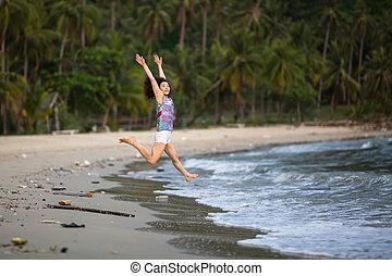 giovane, camminare, lungo, uno, inquinato, tropicale, spiaggia., ambientale, problem.