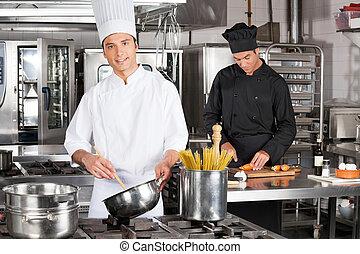 giovane chef, preparare, spaghetti