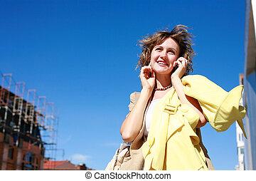 giovane, comunicando telefono mobile, in, uno, città