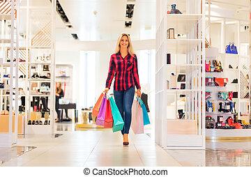 giovane, con, borse da spesa, in, il, moda, negozio