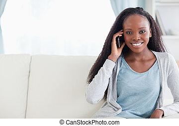 giovane, con, cellphone, sofà