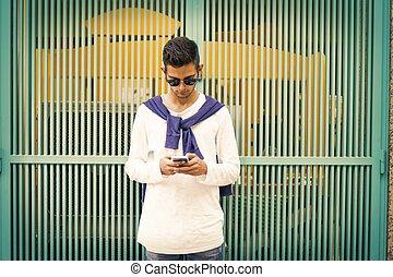 giovane, con, cellphone, su, strada