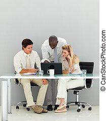 giovane, conversare, ufficio affari, persone