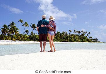 giovane coppia, abbraccia, su, abbandonato, isola tropicale