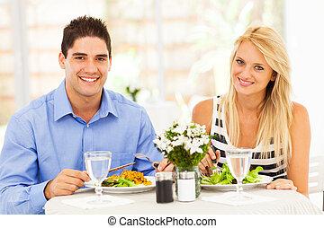 giovane coppia, ava pranzo, in, ristorante