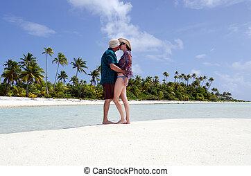 giovane coppia, baci, su, abbandonato, isola tropicale