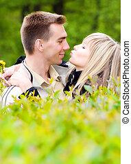 giovane coppia, baciare